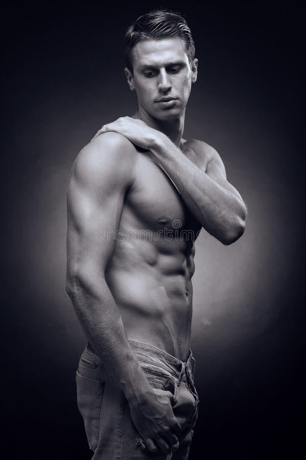 一个年轻成人人,白种人,健身模型,强健的身体,嘘 免版税图库摄影