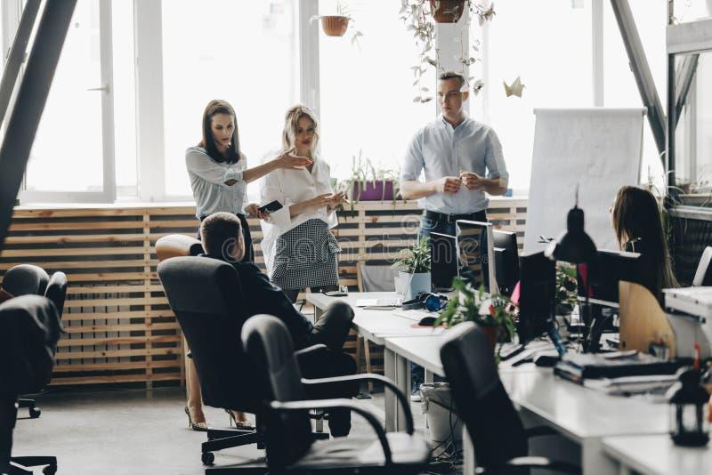 一个年轻成功的队的职员会议在轻的现代办公室装备现代办公设备 库存图片
