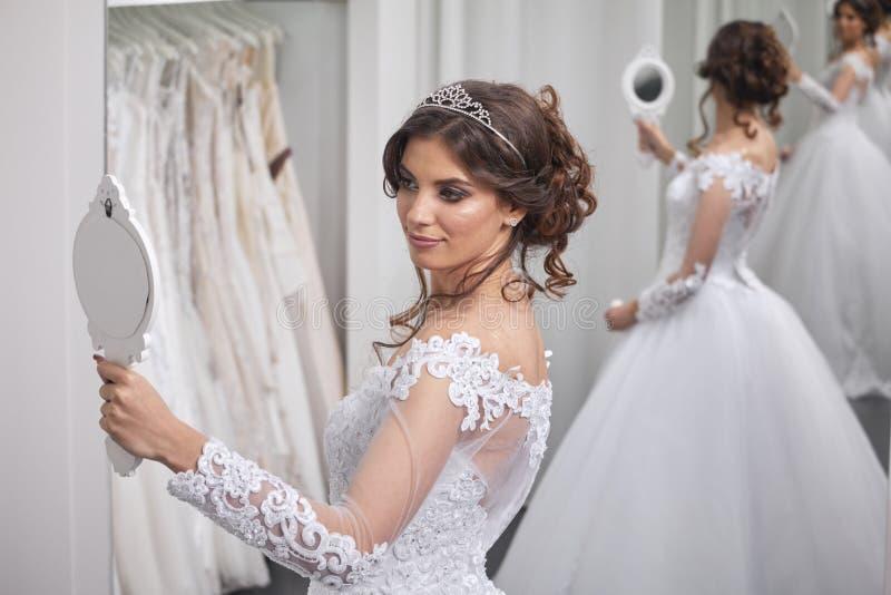 一个年轻新娘,看在镜子的自已, 免版税库存照片