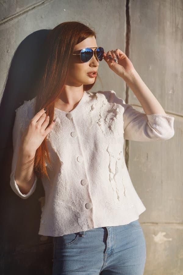 一个年轻时髦的女孩的画象太阳镜的 库存图片
