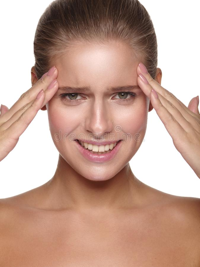 一个年轻欧洲女孩的情感画象有纯净和健康发光的光滑的皮肤的 库存照片