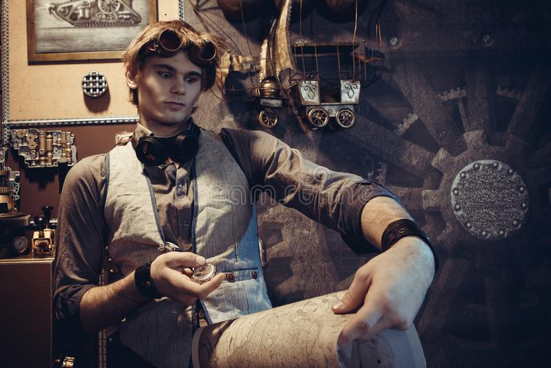 一个年轻疯狂的科学家旅客的画象steampunk样式的 库存照片