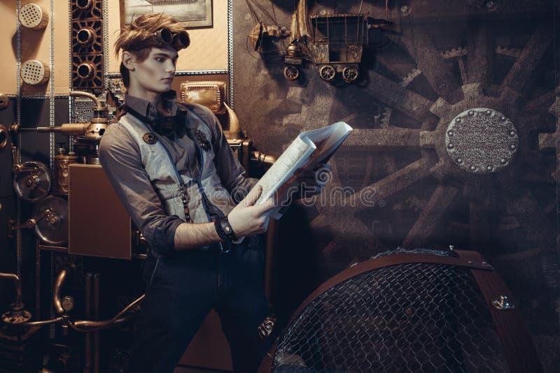 一个年轻疯狂的科学家旅客的画象steampunk样式的 免版税库存图片