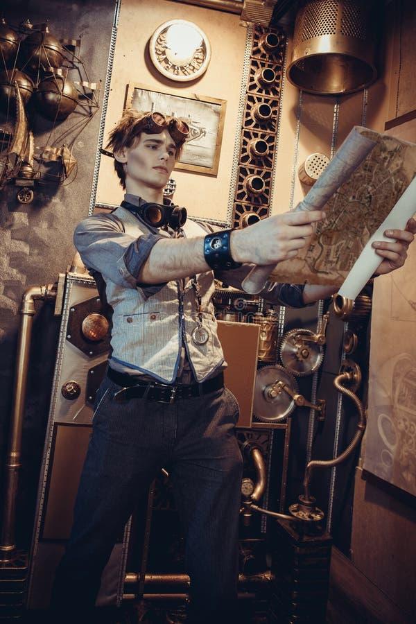 一个年轻疯狂的科学家旅客的画象steampunk样式的 库存图片
