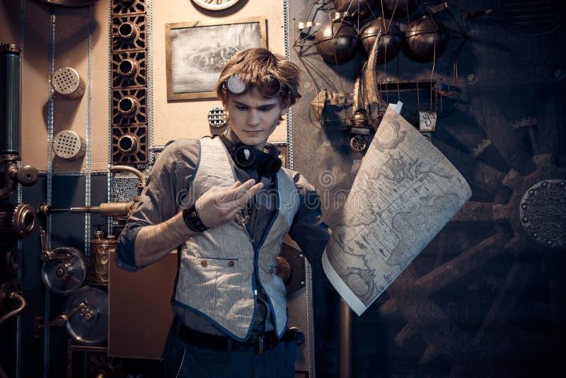 一个年轻疯狂的科学家旅客的画象steampunk样式的 免版税库存照片