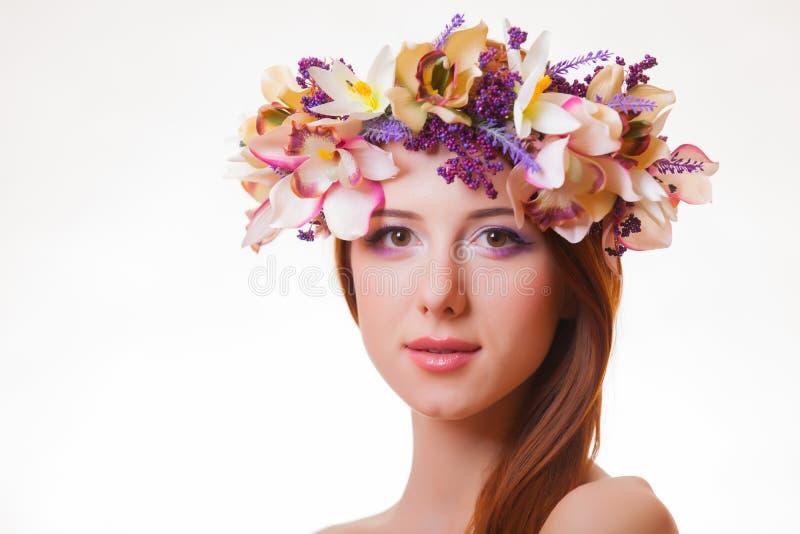 一个年轻红头发人女孩的画象有花花圈的 免版税库存图片