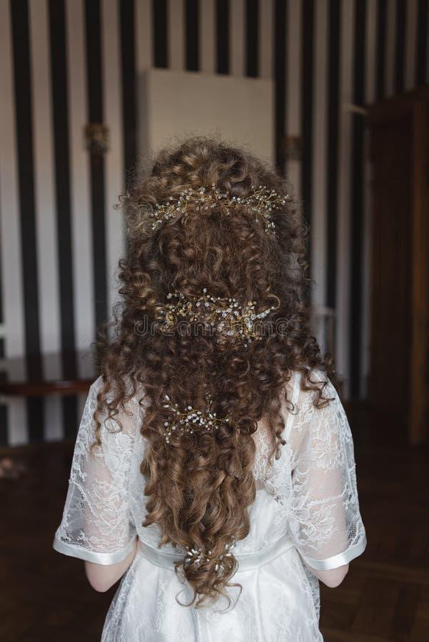 一个年轻美丽的女孩的发型有卷发的 库存图片