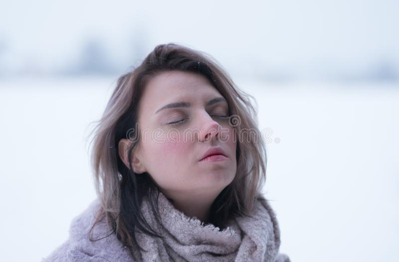 一个年轻美丽的女孩的画象在户外冬天在公园 库存图片