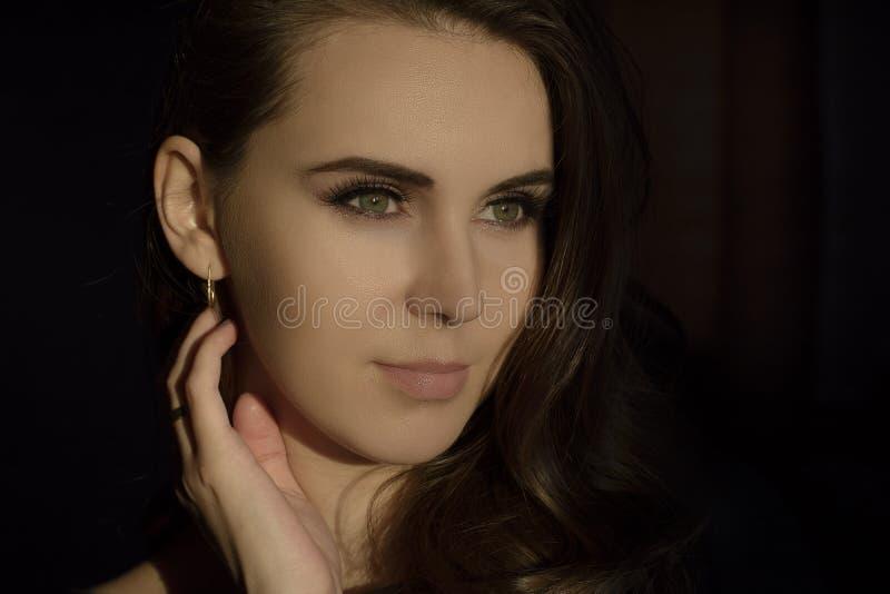 一个年轻美丽的女孩的美丽的画象有美丽的眼睛的 免版税图库摄影