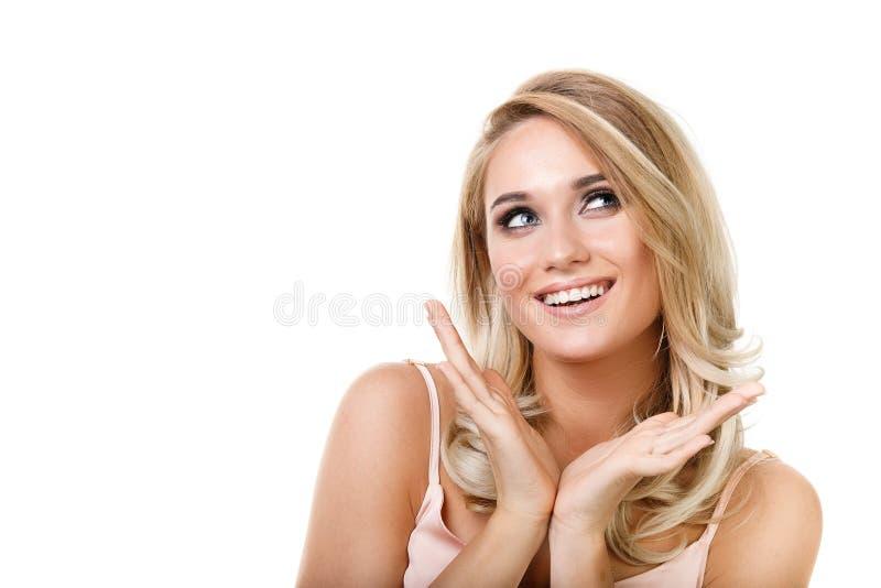 一个年轻美丽的白肤金发的女孩的画象白色背景的 图库摄影