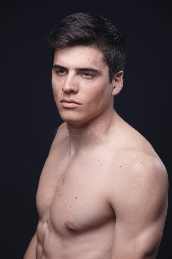 一个年轻英俊的人,式样赤裸上身,上身 库存图片
