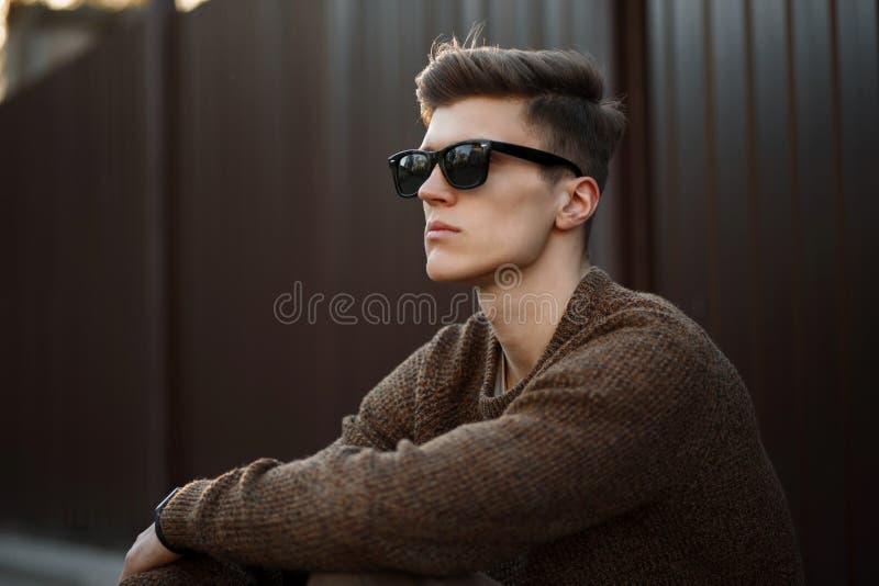 一个年轻英俊的行家人的画象时尚太阳镜的 图库摄影