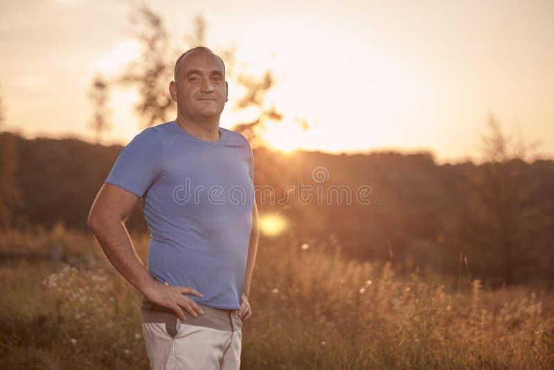 一个年轻超重人, 30-35年,骄傲,摆在站立, 免版税库存照片