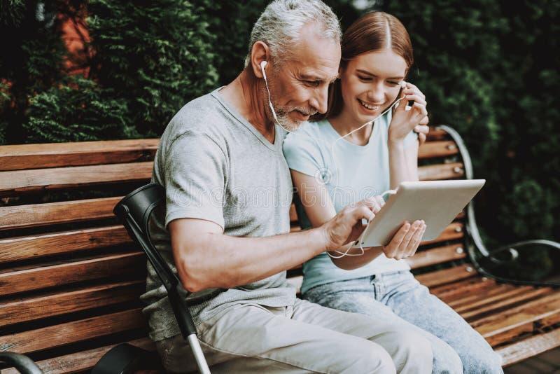 一个年长人坐长凳 年迈的时间 免版税库存图片