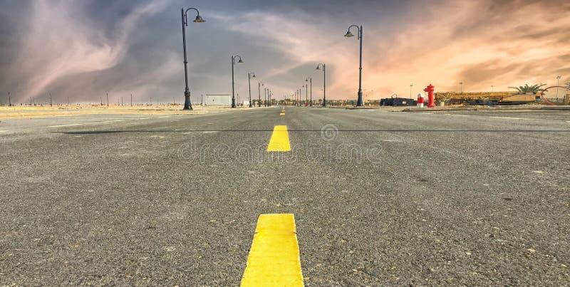 一个广角风景被射击有尽头的一条路 免版税库存图片