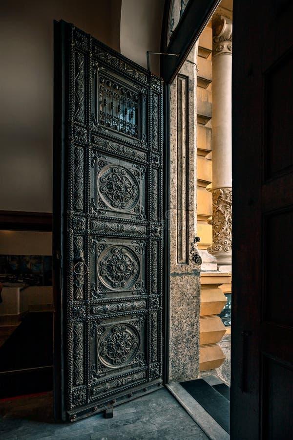 一个开放木门是开放的对出口 免版税图库摄影
