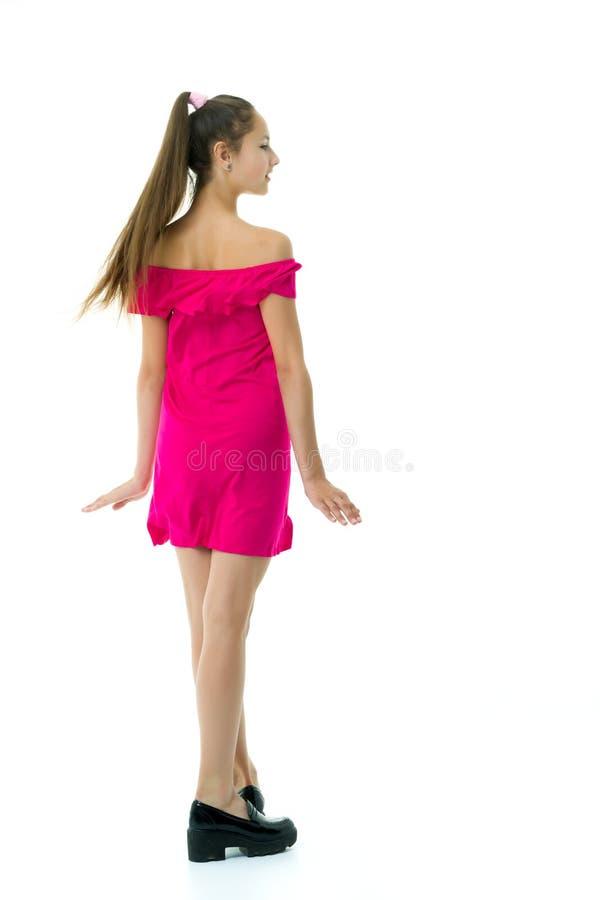 一个开朗的小女孩正在跳舞 免版税库存图片