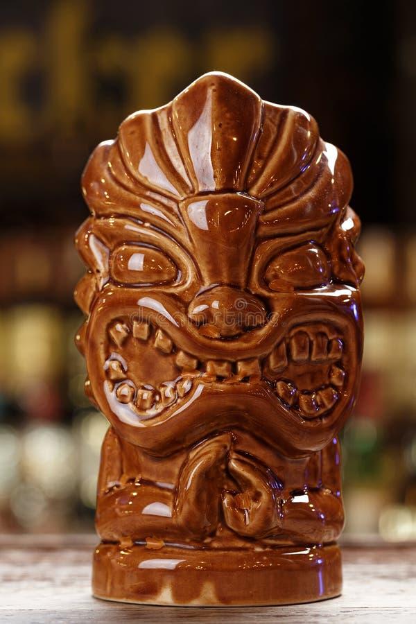 一个异乎寻常的鸡尾酒的Tiki玻璃 免版税库存图片