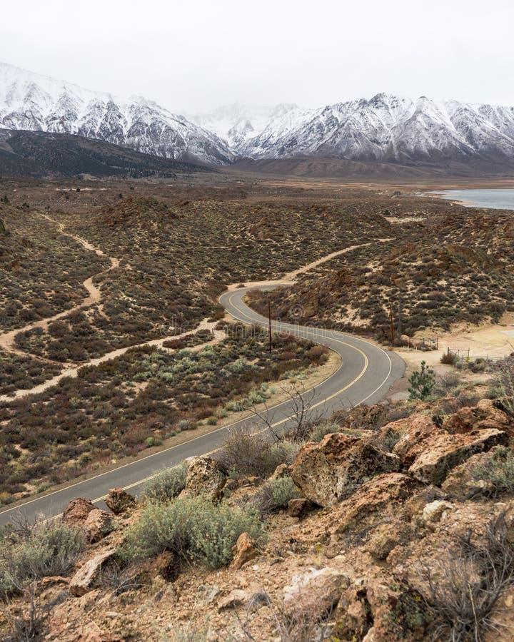 一个弯曲道路通过欧文` s谷 库存图片