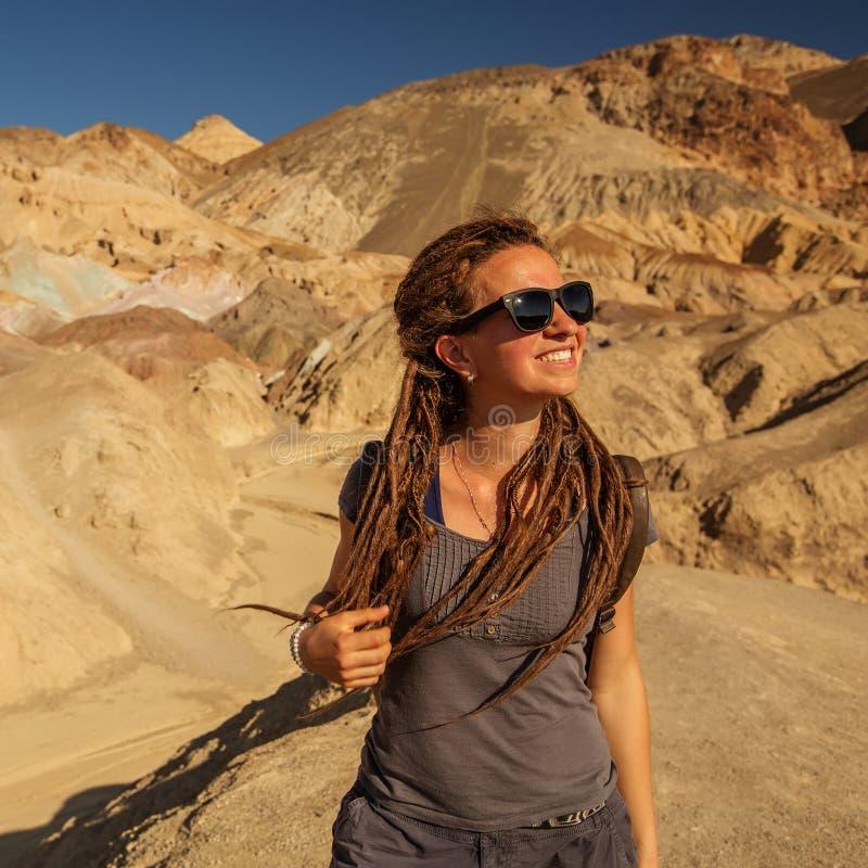 一个徒步旅行者在艺术家的调色板地标地方在死亡谷国家公园,地质,沙子 免版税库存图片