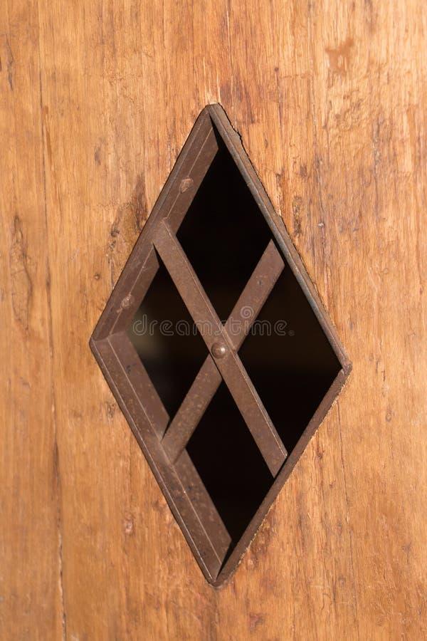 一个微小的窗口到一台照相机里在土牢或在城堡 免版税库存图片