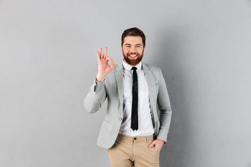 一个微笑的商人的画象在衣服穿戴了 免版税库存照片