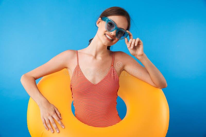 一个微笑的女孩的画象泳装的 免版税图库摄影