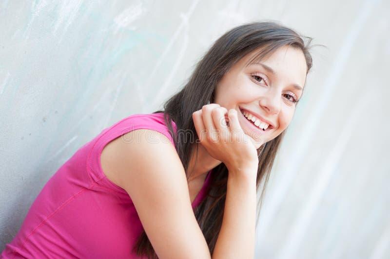 一个微笑的女孩的高关键画象 库存照片