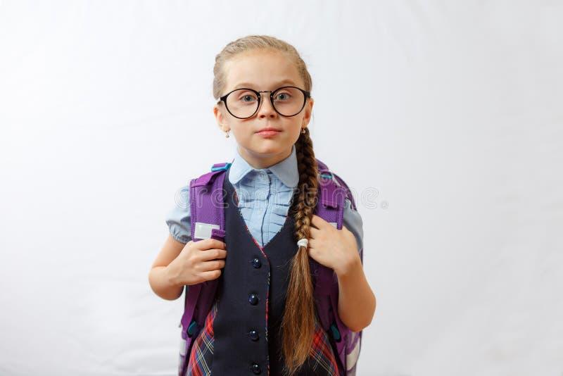 一个微笑的学校女孩的画象有学校背包的 库存图片