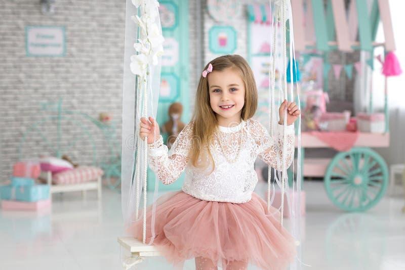 一个微笑的小女孩的画象在演播室 免版税库存图片