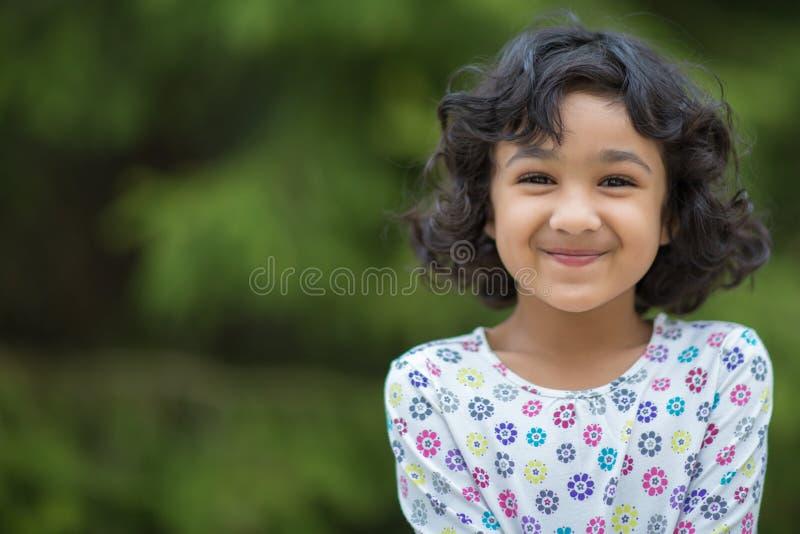 一个微笑的小女孩的画象 库存图片
