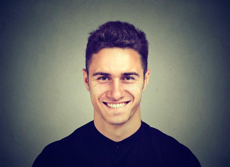 一个微笑的年轻人的纵向 免版税图库摄影