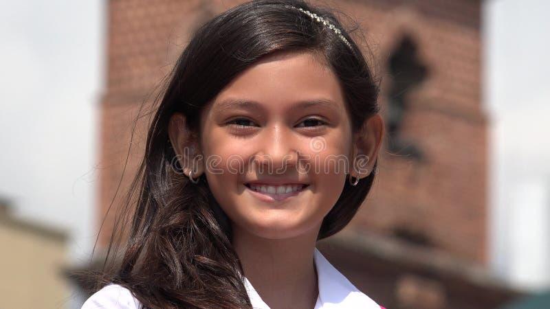 一个微笑的年轻西班牙女孩 库存照片