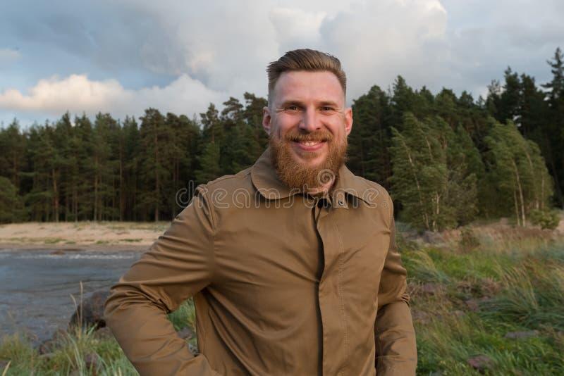 一个微笑的红发有胡子的人的画象自然的 免版税库存图片