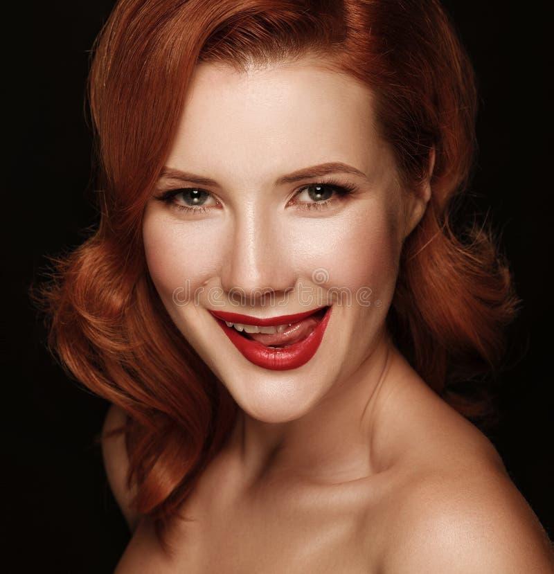 一个微笑的美丽的红发女孩的特写镜头画象 库存照片