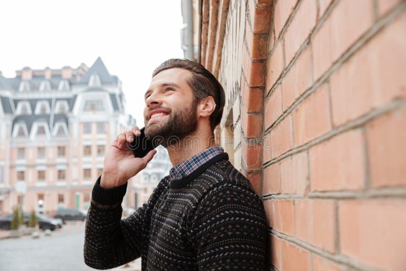 一个微笑的英俊的人的画象毛线衣的 免版税库存照片