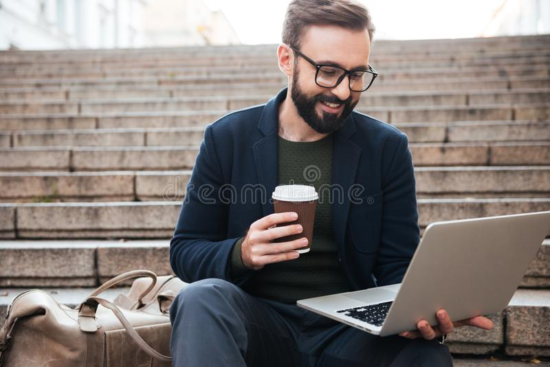 一个微笑的英俊的人的画象镜片的 免版税库存图片