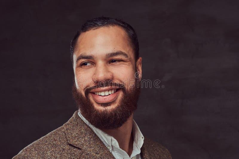一个微笑的英俊的有胡子的非裔美国人的商人的特写镜头画象在一件棕色经典夹克的 免版税库存图片