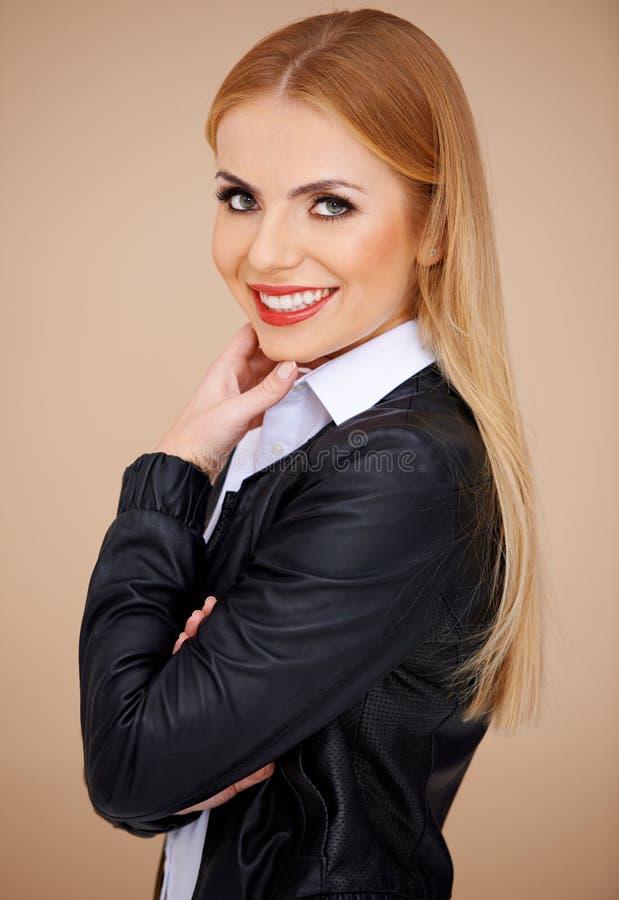 一个微笑的金发碧眼的女人的纵向 图库摄影