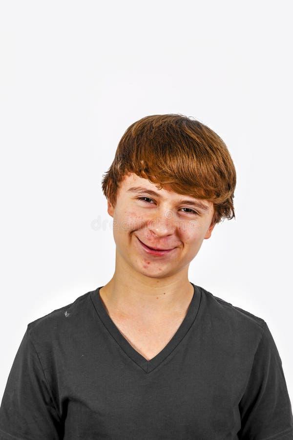 一个微笑的青少年的男孩的画象在演播室 库存图片