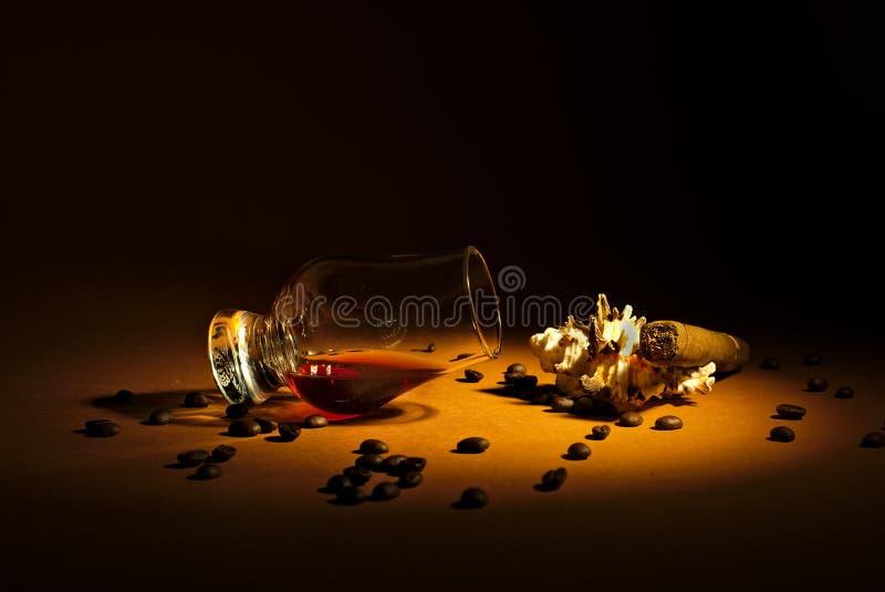 一个微量威士忌酒和雪茄 库存图片