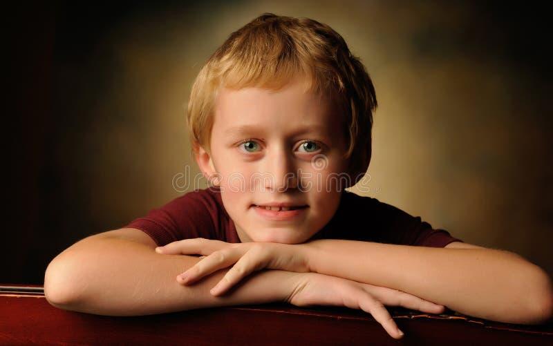一个快乐的十岁的男孩的画象 免版税库存图片