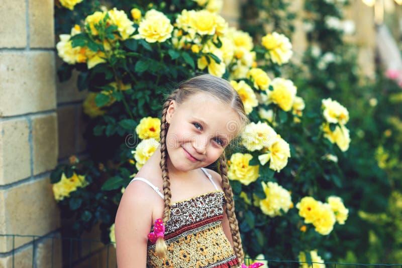 一个快乐的女孩的画象有猪尾的 免版税库存图片