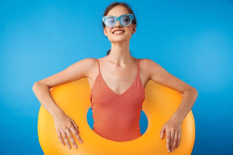 一个快乐的女孩的画象泳装的 免版税库存图片