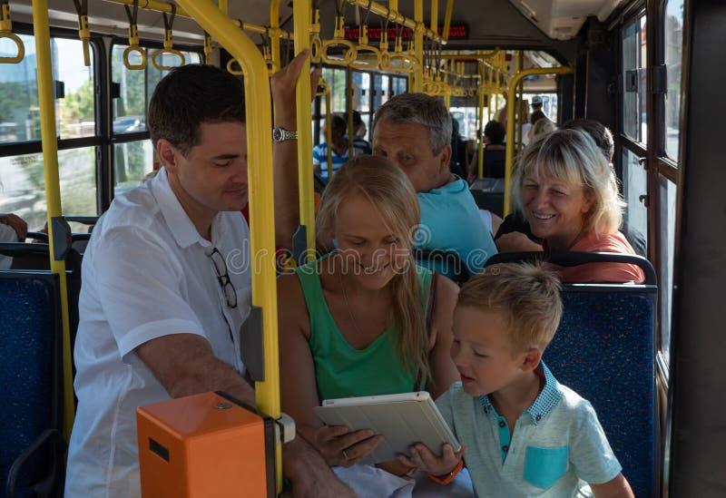 一个快乐的家庭在公共汽车上 免版税库存图片