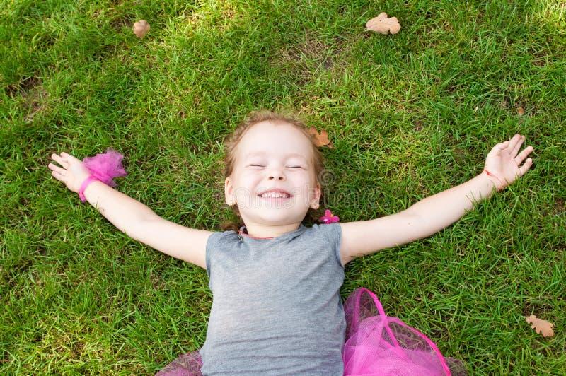 一个快乐的小女孩的画象 库存图片