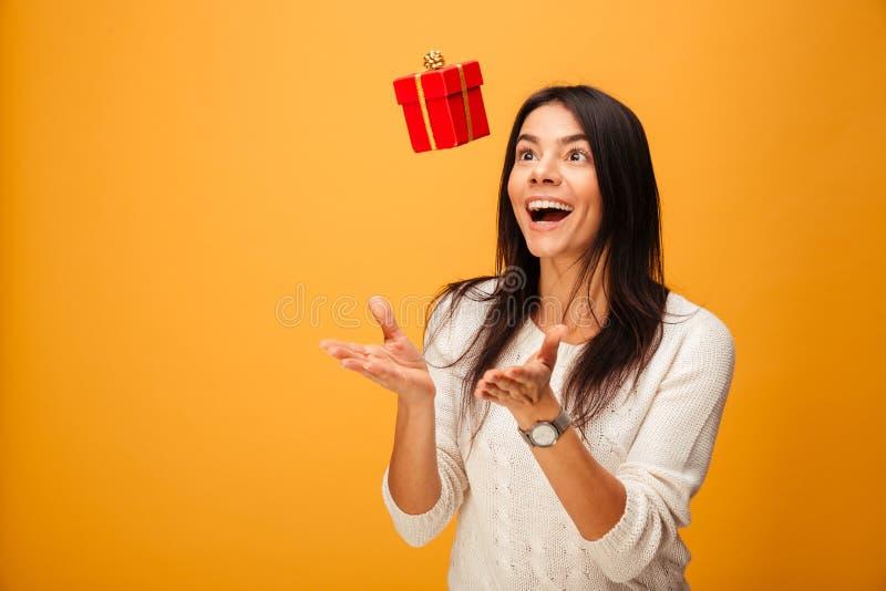 一个快乐的少妇传染性的小礼物盒的画象 库存照片