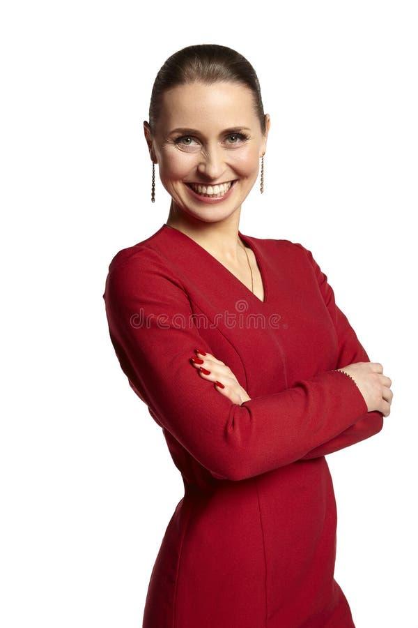 一个快乐的少妇的画象一件红色礼服的 免版税库存图片