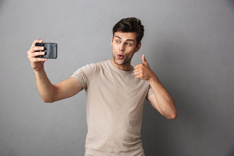 一个快乐的年轻人的画象被隔绝的T恤杉的 库存照片