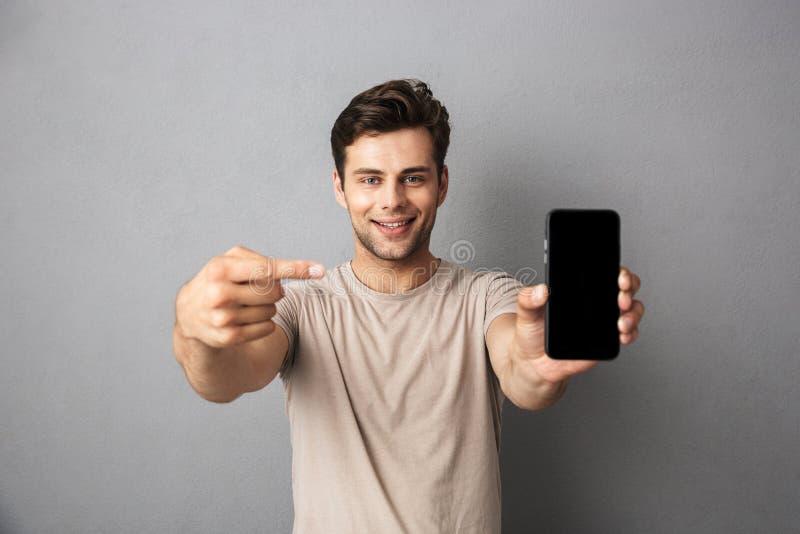 一个快乐的年轻人的画象T恤杉的 免版税库存图片